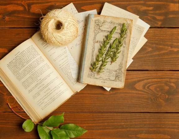 木製の床の上で開かれた本